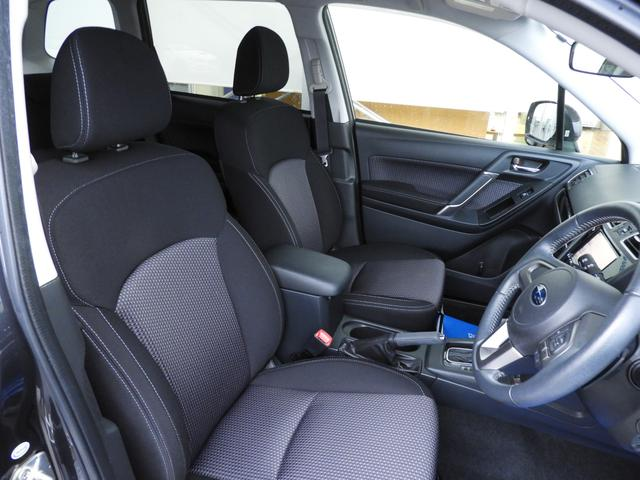 包み込むようにホールド性が高く設計されたシート。長距離でも姿勢が崩れにくいのが魅力の1つ。