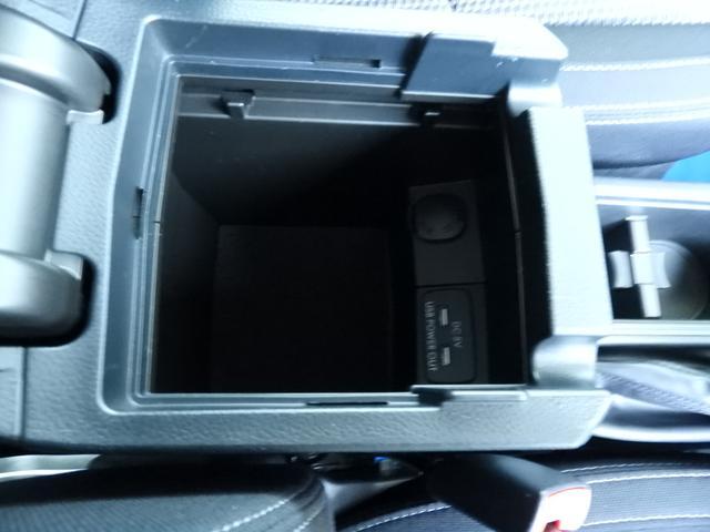 センターコンソール内にも電源ソケット装備。アームレストを閉じても噛まないように配線をスリットから出せます。