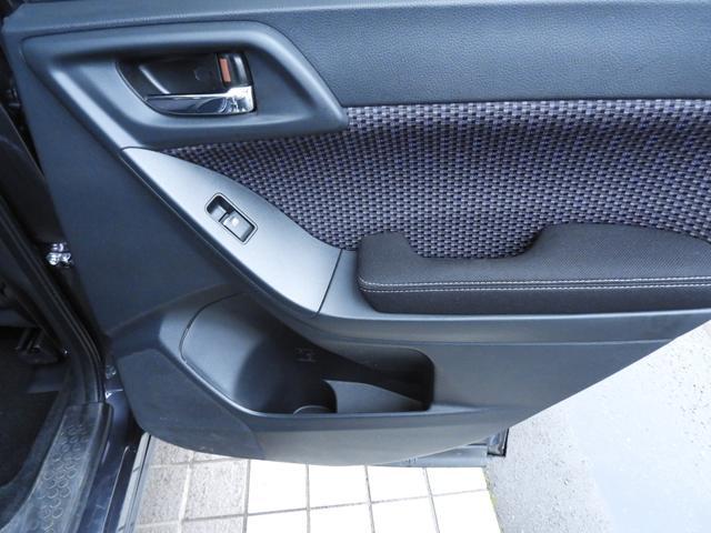 リアドア内側にはペットボトルも入るカップホルダー兼用ポケットが付いています。後席のスペースを効率良く、広く使う工夫がされています。