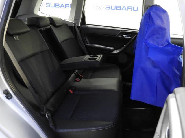 リアシートセンターにはカップホルダー付アームレストを収納。後席の快適空間を演出します