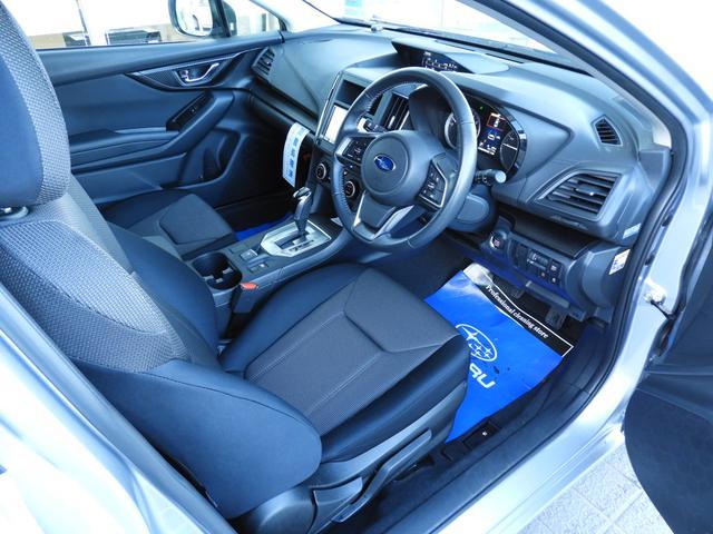 包み込むようにホールド性が高く設計されたシート。パワーシートではありませんが、シートリフター付でポジションが設定できます。