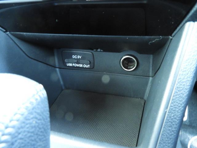 USBポートと電源ソケットが付いています。