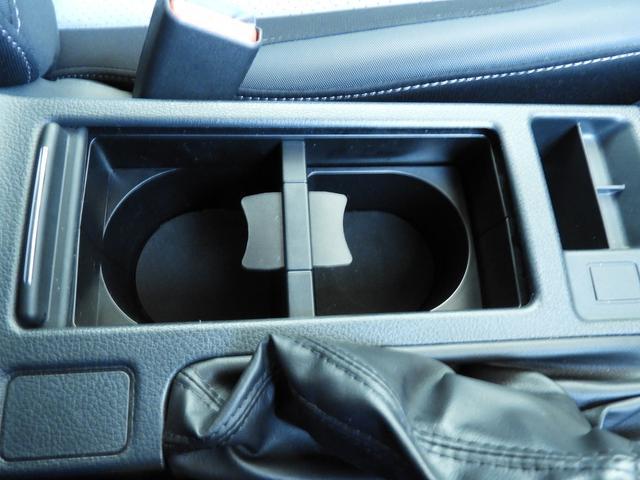 前席用カップホルダーを前後に配置しております。
