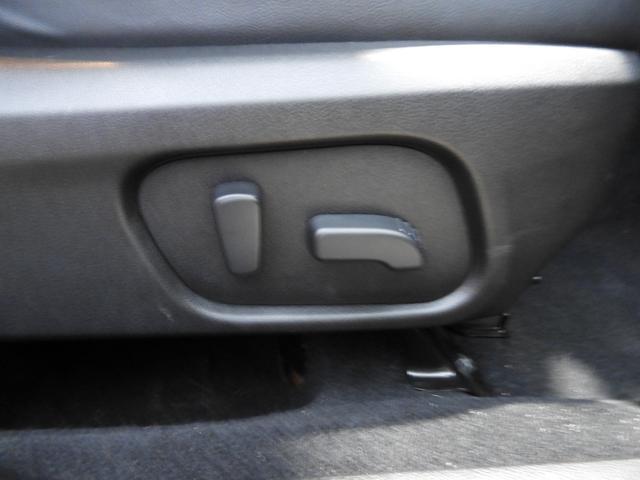 運転席パワーシートが付いています。