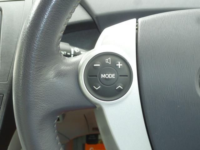 ステアリングに設置されたスイッチ操作にてオーディオの音量調整等が可能です!!