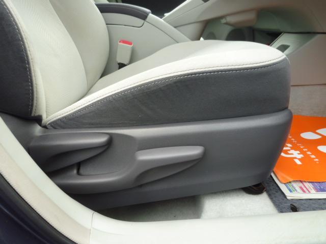 運転席側シートへは座面の高さをレバー操作にて調整可能なシートリフターを備えております!!