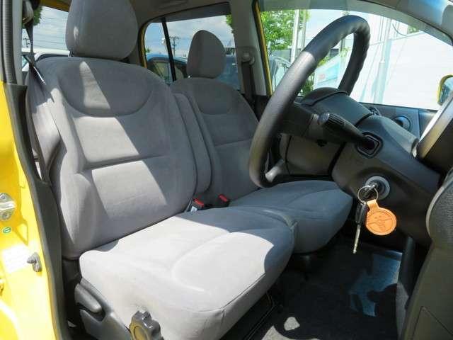 前席の画像です。是非運転席に座っていただき視界等をご確認ください。