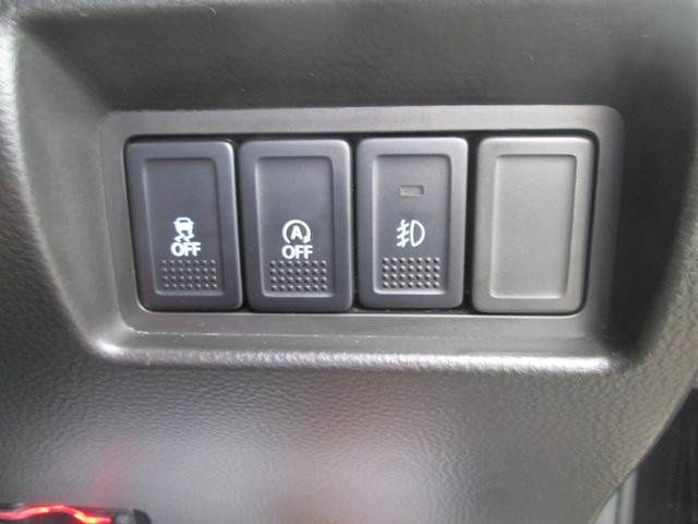 アイドリングストップやESP(横滑り防止装置)をオフにするスイッチがハンドル右下にございます