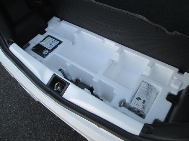 スペアタイヤレスにつき応急パンク修理キットを荷室床下に搭載しております