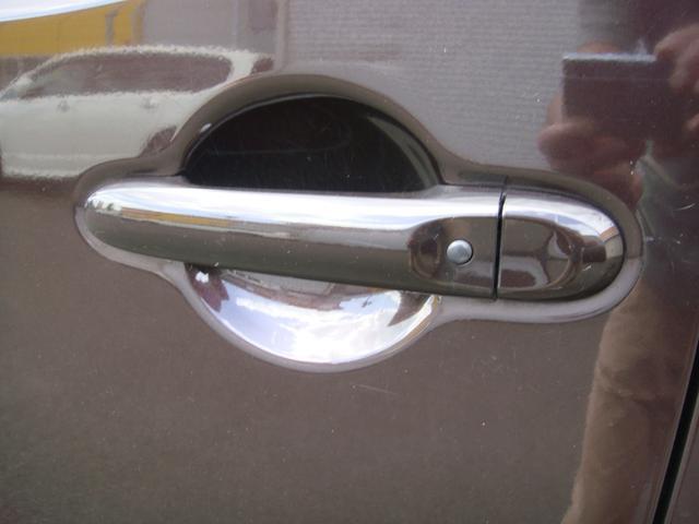 助手席のドアハンドルのボタンで鍵の施錠が出来便利ます