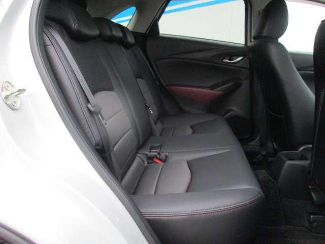後席の着座位置を前席よりも高く、内側に設定することで、後席乗員もすっきりした前方への開放感を楽しめるとともに、対角線上の乗員同士が会話しやすいですよ