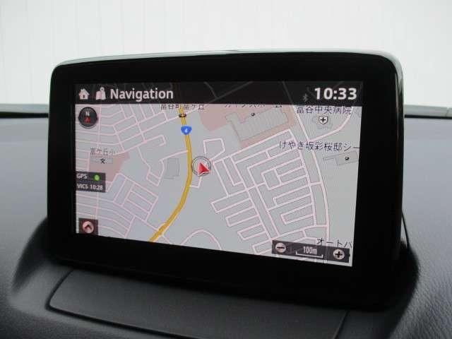 ナビゲーションシステム、オーディオや、インターネットラジオやハンズフリー通話のコネクティビティシステムを搭載。走行中でもコマンダーコントロールや音声認識で視線をそらさず、安全に操作ができます。