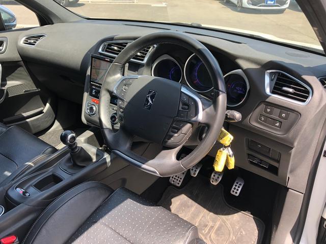 広々フロントガラスと高い着座面で快適なドライブをサポートします!