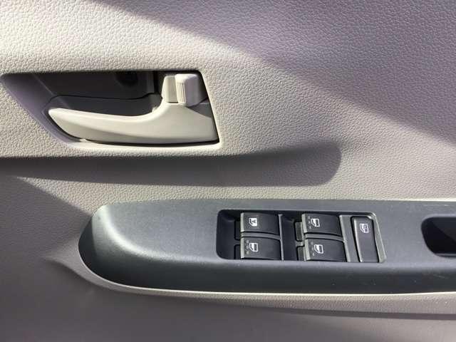 運転席ドア内側ドアハンドル回りのスイッチ類の画像です