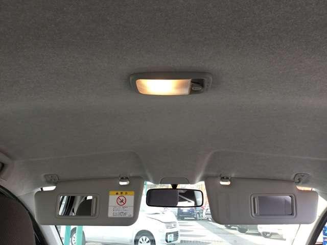 天井にはルームランプとバニティミラー付きサンバイザーが付いています