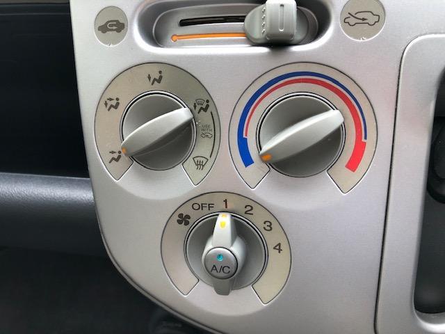 マニュアルエアコンです。