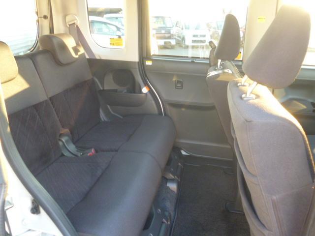 後部座席も分割シートなのでその時々にあったシートアレンジが可能。