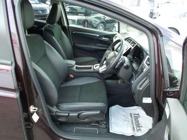 後席も足元が広くゆったりとした空間でドライブが楽しめます!アームレスト付き♪