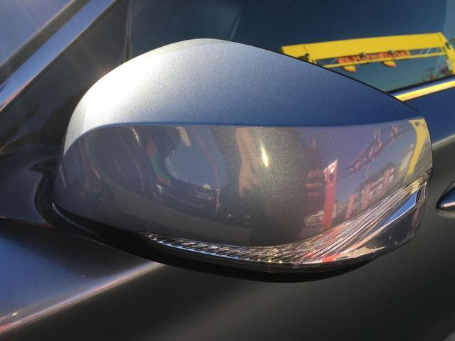 斜め後方(死角)を走る車がいると、運転席からドアミラー付近にランプが光るので、車線変更や追い越しをするときに、非常に役立ちます。