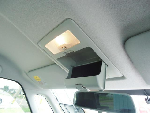後席にもアームレスト装備です。細かいリクライニング調整と前後スライド調整で快適なシートポジションを作る事ができます。