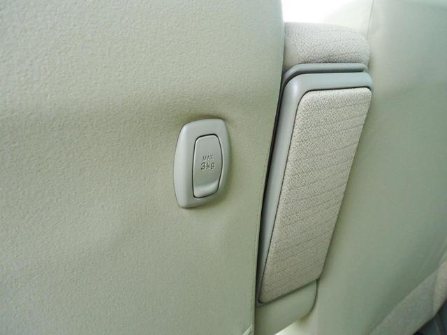 後席のリクライニング調整や前後スライド調整はバックドアからもアクセスできます。