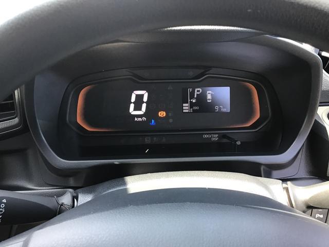 速度はデジタル表示で見やすいですね。燃費のいい運転をすると、イルミネーションがグリーンになります。グリーンの状態を長く保つだけで、上手にエコドライブができちゃいます。