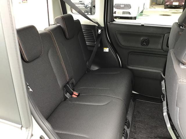 後部座席もリラックスできる車内空間になっております。足元は広々〜♪