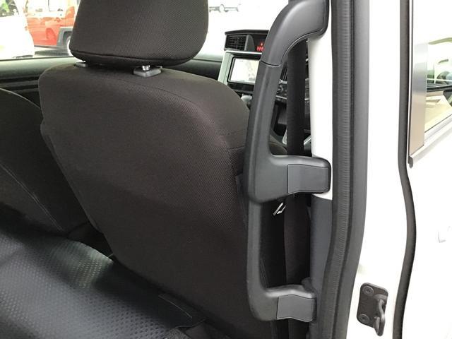 後席に乗り込む際にどなたでも乗りやすようにハンドルが付いております。お年寄りや・小さなお子様が一人で乗り込む際に便利ですよ(^^♪