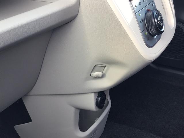 助手席側にもフックがございます。その下にはシガーソケットも装備されています。