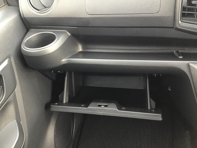 助手席側には小物を置けるスペースや、ドリンクホルダーももちろんついていますので快適ですよ♪
