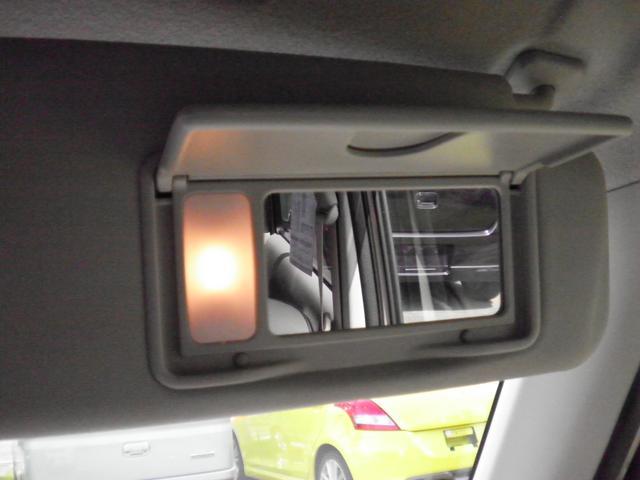 サンバイザーには照明付きのバニティミラーが付いてます。。