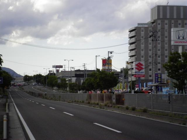 仙台方面より泉ICを越えて右側にあります。