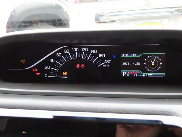 ダッシュボード中央に配置された、見やすいメーターです。インフォメーションディスプレイは燃費やエンジン回転数、ハイブリッドの充電状況など様々な表示に切り替えできます。