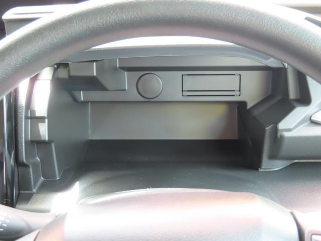 ステアリング奥のアッパーボックス!運転席から手が届きやすく、使い勝手が良いですよ!