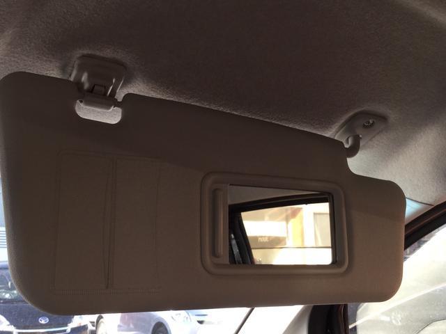 ミラー付きです。また、運転席にはチケットホルダーも付いております。