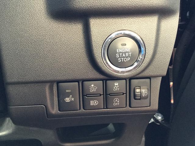 運転席右側。エンジンスタートボタン、シートヒーター(運転席)、予防安全機能・アイドリングストップオフ、オートハイビームなど様々な機能が搭載。