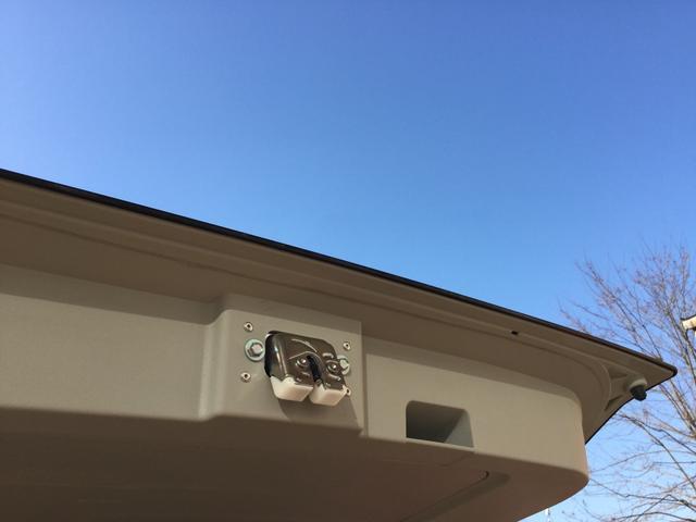 バックドアには閉めやすいようハンドル付き。