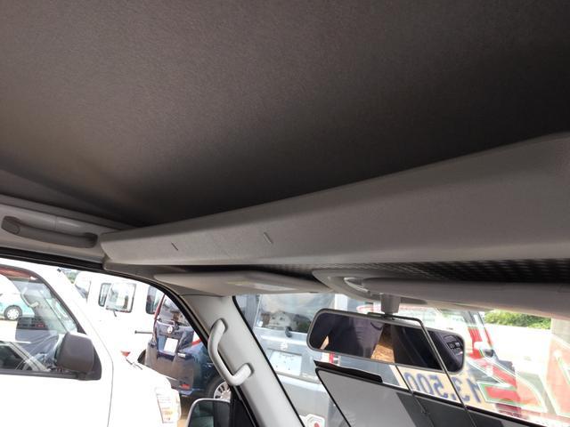 仕事に使う様々なアイテムを運転席に座ったまま出し入れできる機能的な収納が充実。車内をすっきりと整理でき、スムーズな使い勝手をもたらします。