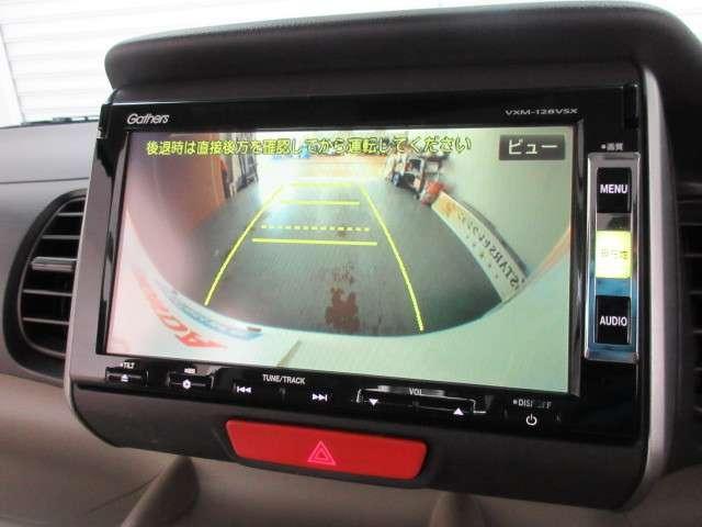 ガイド線表示機能付きのバックカメラで、バックでの車庫入れも安心です。オーディオ機能も、ワンセグTV、CD、DVD再生など充実しています。(VXM-128VSX)