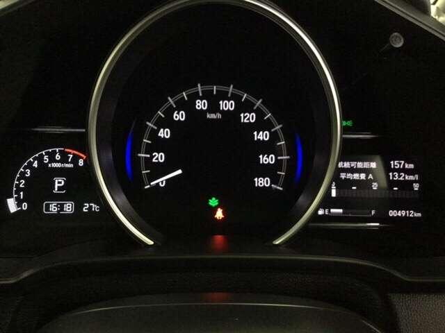 ハイブリット車専用のメーターです。左右のサブデスプレイで燃費などの情報が見れるようになっています。