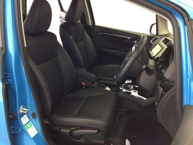 内装色はブラックです。女性でも運転がしやすいように、シートの高さ調整機能がついています。