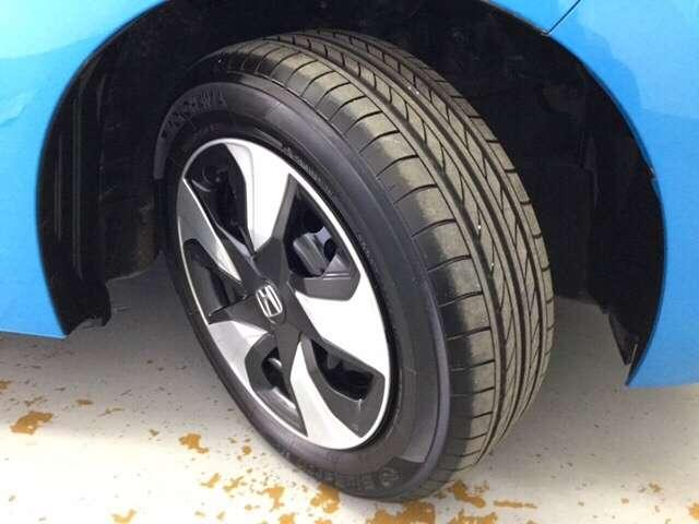 純正ホイールキャップ装着車です。足元を引き立てます!タイヤ残り溝も十分です。
