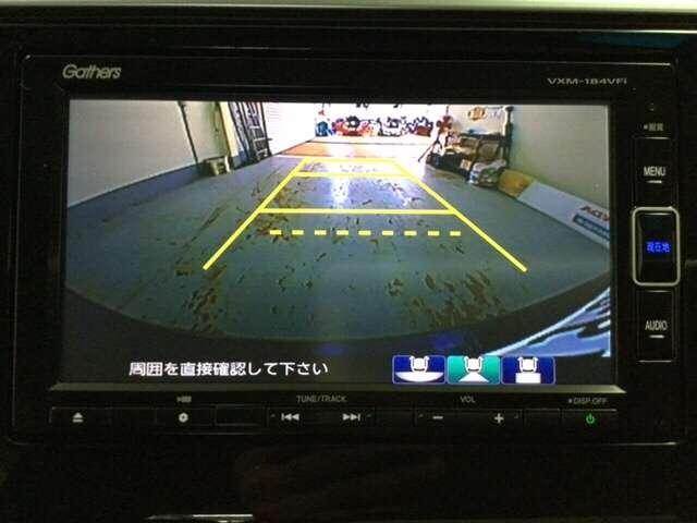 ギヤをR(バック)に入れるとナビの画面に後ろの映像が映るリヤカメラ付です。後退時、コンディションが悪い視界でもカラーバックモニターがドライバーをサポートします。