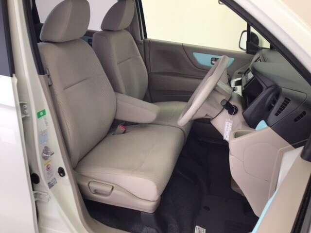 充分な広さを確保した、快適な前席シート!アームレスト付ですので、長距離ドライブでも楽々♪