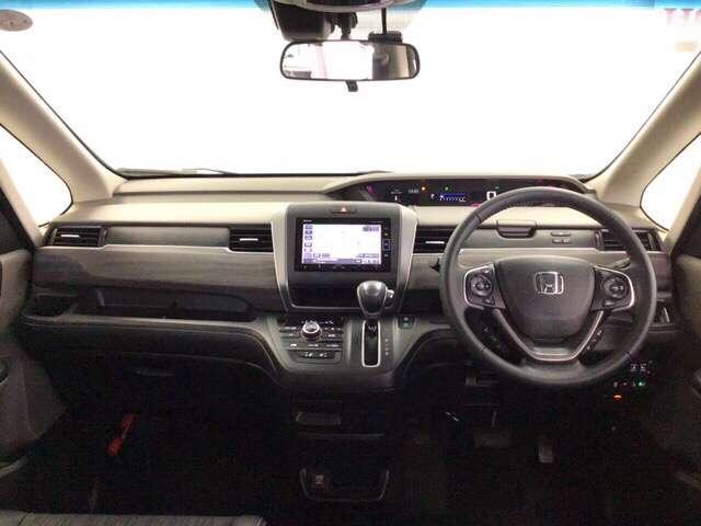 開放的な前方視界!大きな窓で見晴らしが良く、コンパクトなボディでとっても運転しやすいおクルマですよ♪