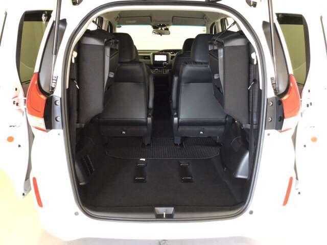 後席を左右に格納すると、更に大きなスペースが広がります。様々な用途に使えて便利ですね♪