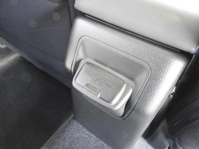 後部座席中央にUSBポートが付いています。
