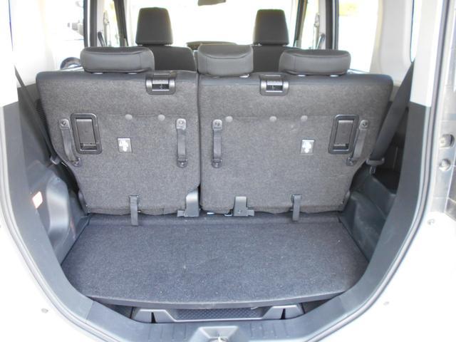後席は前後にスライドできるので荷室のスペースを調整できます