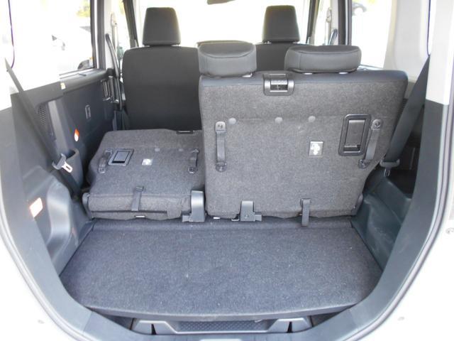 6:4分割リヤシート。必要に応じて座るスペースと荷物を載せるスペースを調整できて便利です