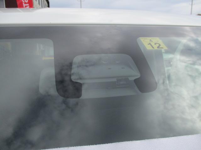 衝突被害軽減ブレーキ機能のデュアルセンサーはフロントガラス上部に設置されています☆